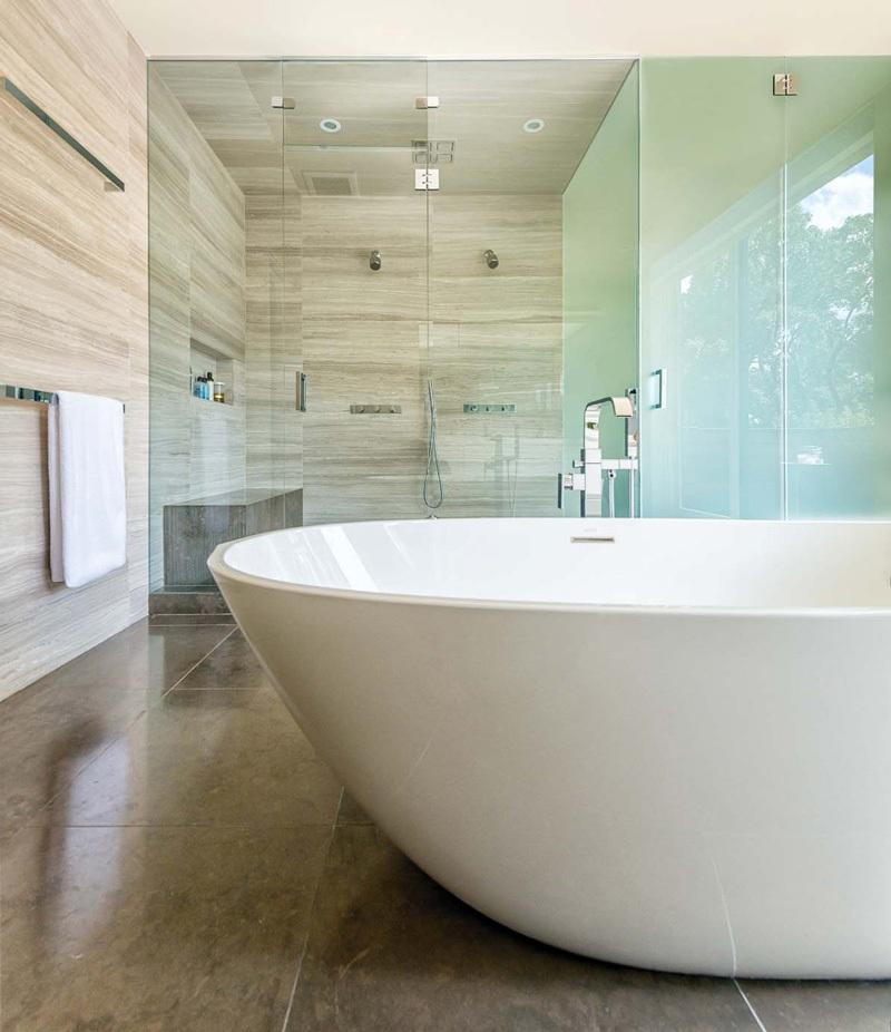 Kamar mandi bernuansa kayu