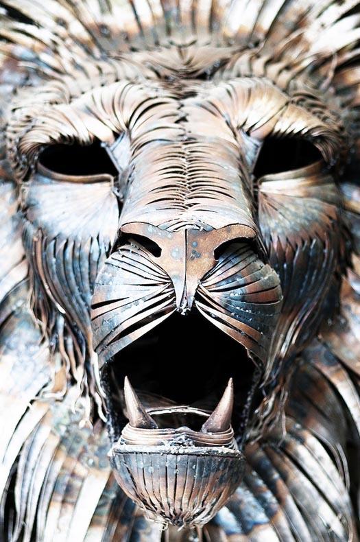 Majestuoso león hecho de 4.000 restos metálicos
