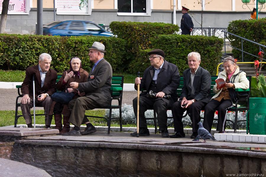Пенсионеры на скамейках