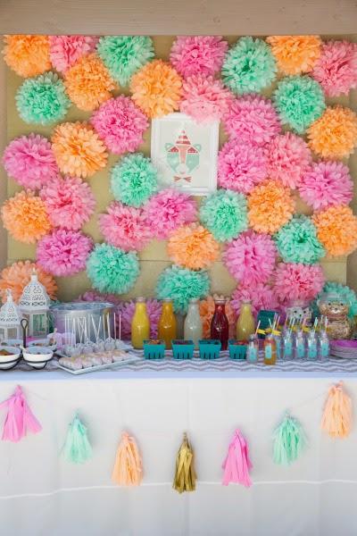 5 ideas para decorar tu boda con pompones de papel de seda for Murales de papel para pared