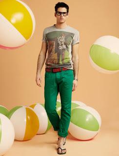 camiseta-combinar-pantalon-verde-hombre