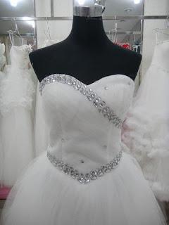 Vestido de novia princesa, strapless, escote corazón con apliques plateados en pecho y cintura