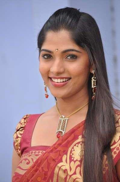 smiling beauty banu puthumukhangal thevai movie saree