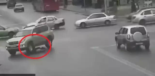 Αυτοκίνητο πέρασε δύο φορές πάνω από το κεφάλι της και επέζησε [video]