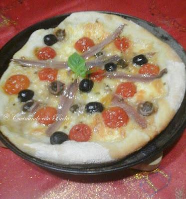 pizza con alici pomodorini mozzarella e olive nere