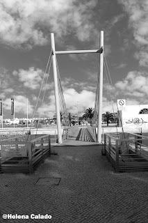 fotografia de simetria de uma ponte tirada no centro do Montijo