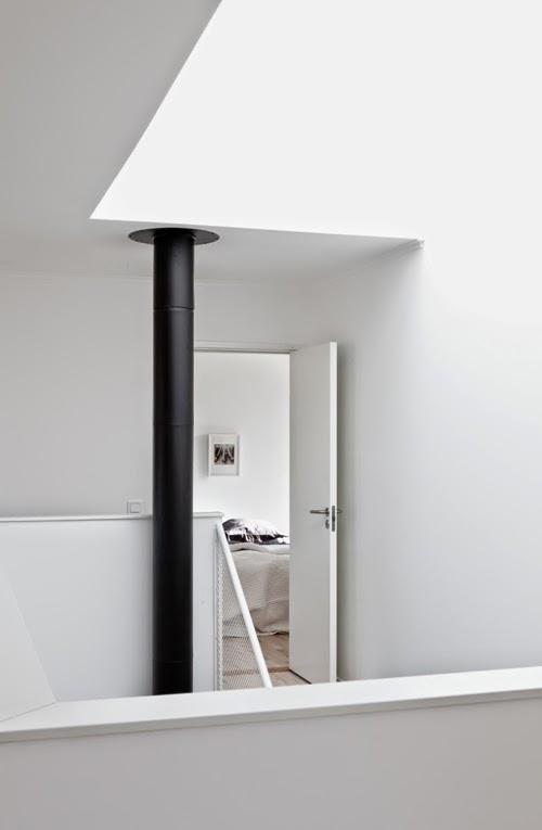 Hueco escalera minimalista chimenea negra
