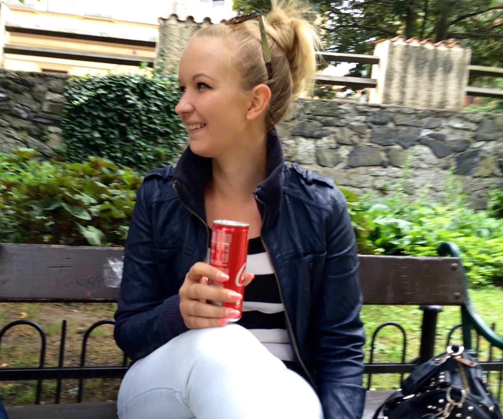 Dívka s CocaColou