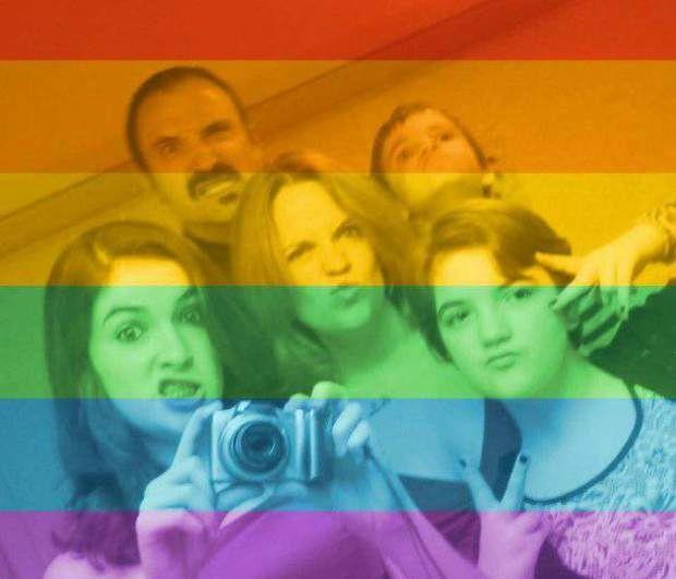 Foto de perfil da americana, Erin DeLong, nas cores do arco-íris com toda a família.