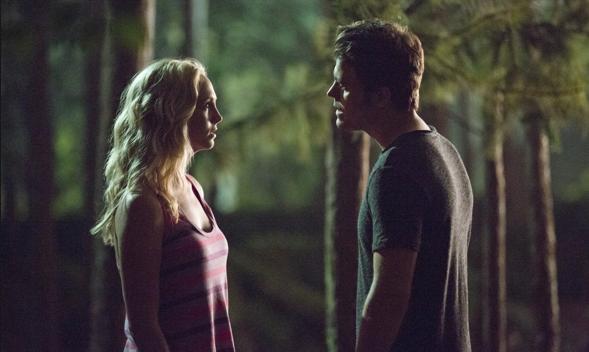 Caroline y Stefan en una romántica escena