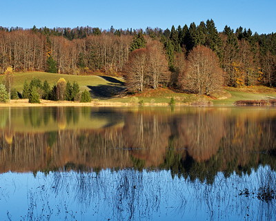 Autumn morning around lake Génin