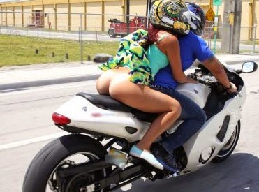 pareja-cachonda-moto
