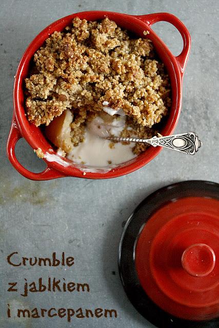 Crumble z jabłkiem i marcepanem