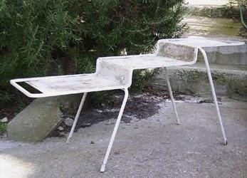 Mategot table 1950 50s n vase en brocante , une armature de chaise et une table Mategot aux monstres .  a vase , 70s chair  's structure , Mategot table