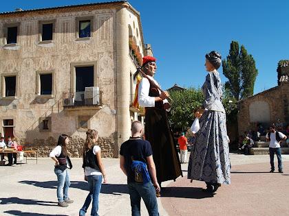 Els gegants de Navàs ballant davant l'antiga Rectoria de Gaià