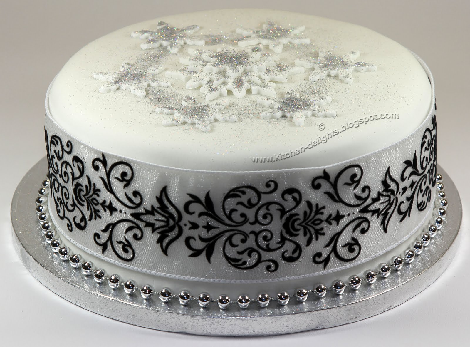 Kitchen delights iced sparkle christmas cake for Iced christmas cakes