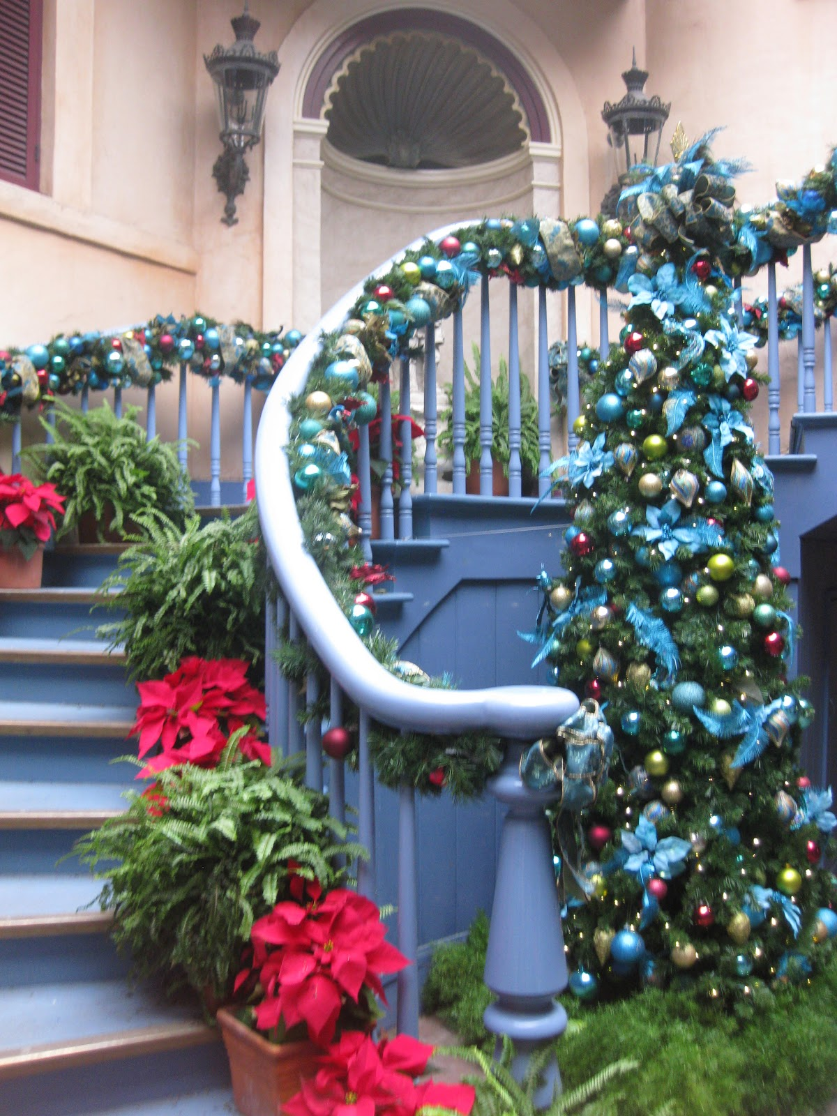 diva tip this is especially a great picture location for a large family as you can stagger yourselves up and down the staircase - When Does Disneyland Take Down Christmas Decorations
