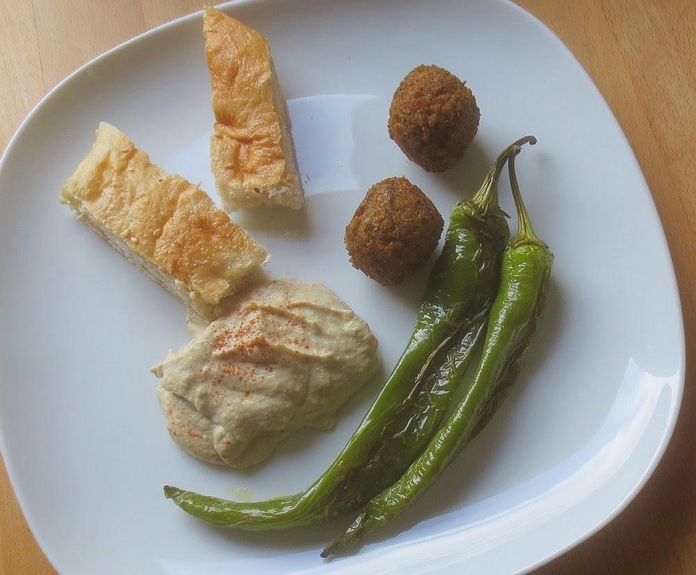 Baba Ghanoush mit Falafel, Fladenbrot und grünen Peperoni