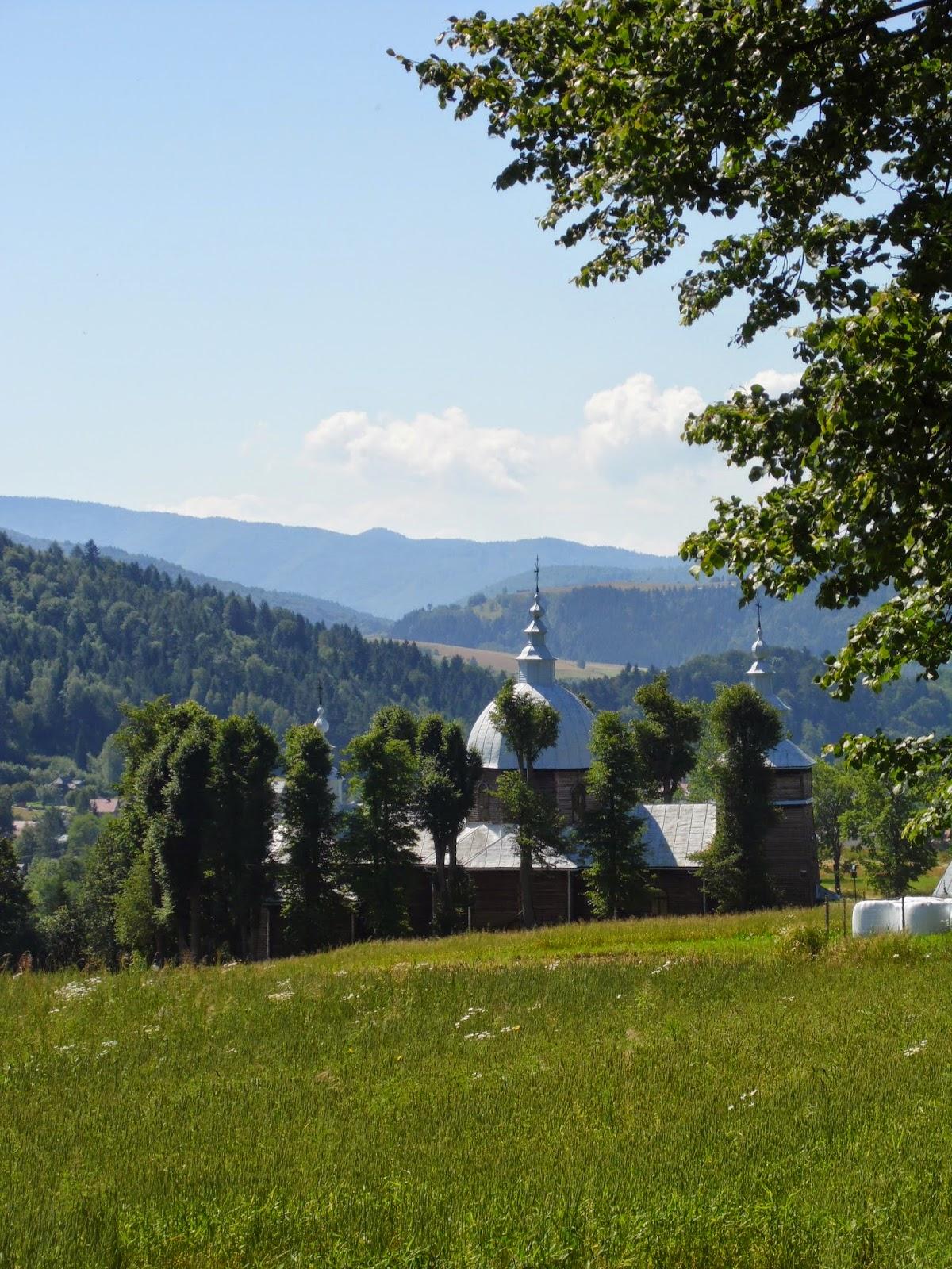 Widok na cerkiew w Muszynie-Złockiem ze szlaku na Jaworzynę Krynicką