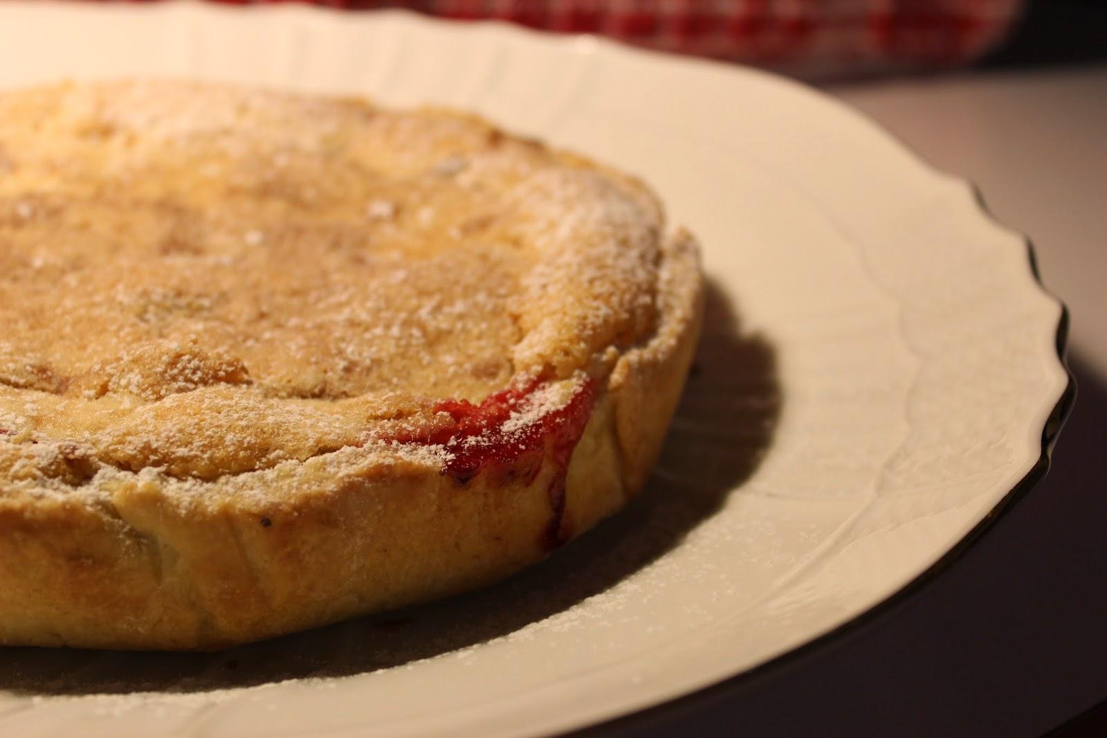 crostata di farro con crema frangipane e fragole al forno.