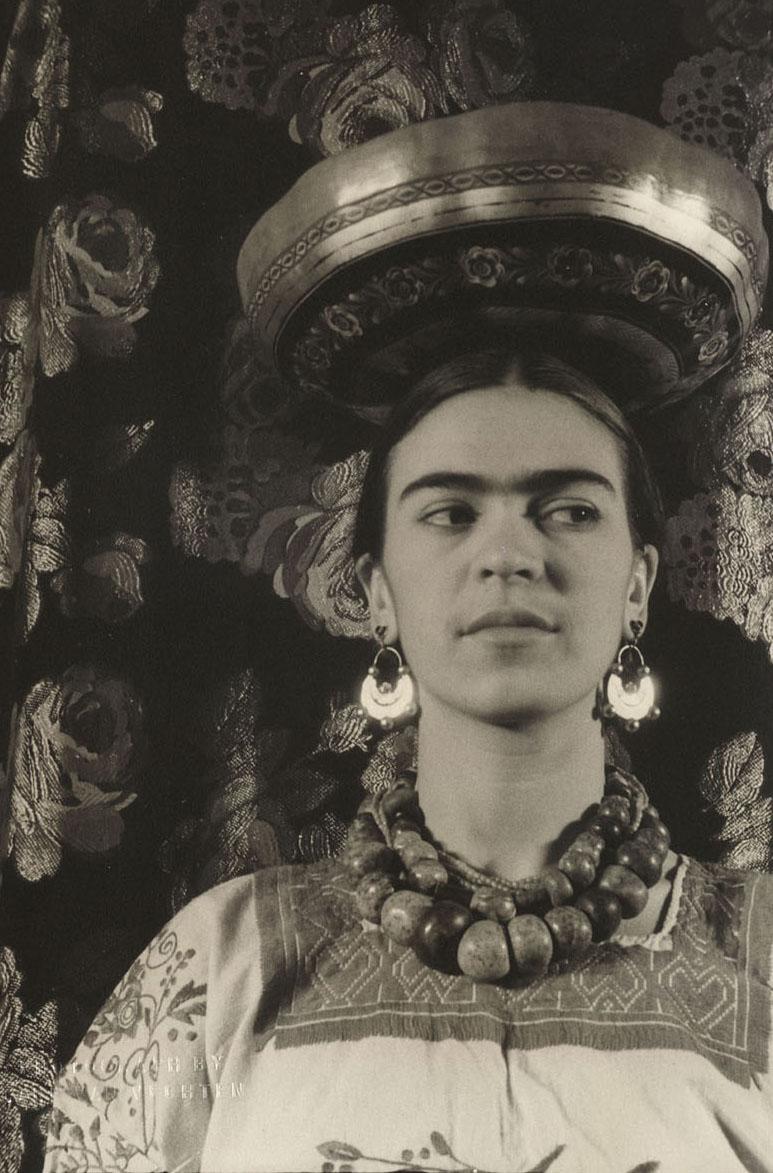 frida kahol Filha de um fotógrafo judeu-alemão, guilhermo kahlo, e de matilde calderón y gonzalez, uma mestiça mexicana, frida kahlo nasceu em 1907 no méxico aos 6 anos c.