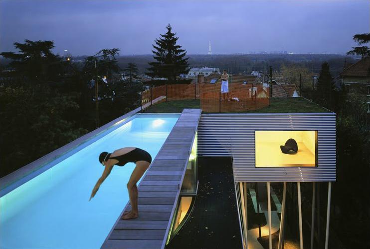 la piscina de la villa duall ava de rem koolhaas goza de unas vistas de pars se levanta a orillas del sena en un terreno en pendiente y