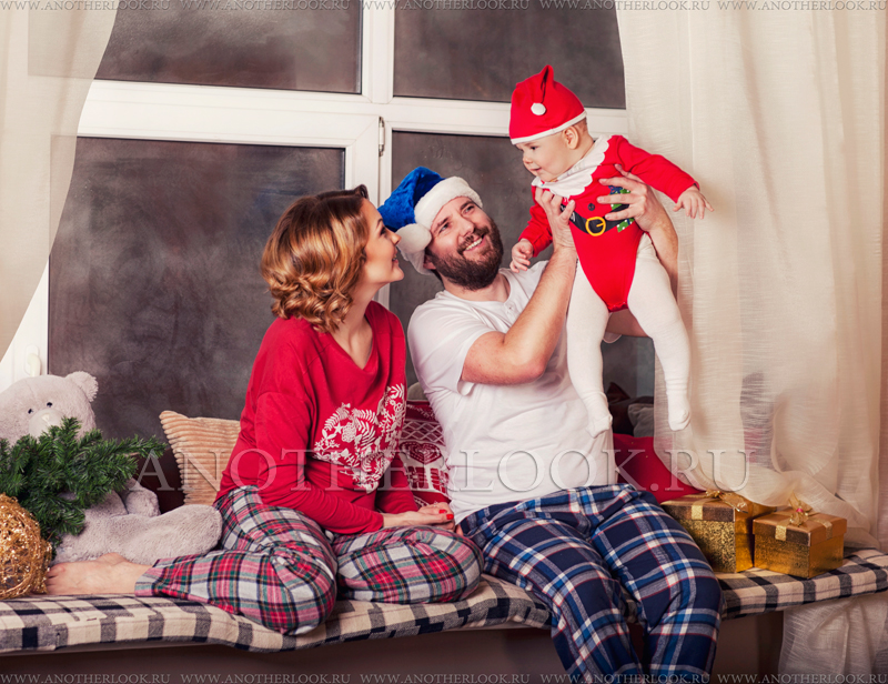 Семейная фотосессия перед камином