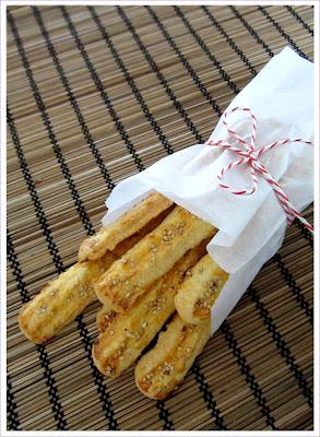 Knabberstangen mit Käse und Sesam