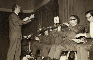 Conrad Saló dirigint la Principal de la Bisbal amb Ricard Viladesau a la tenora