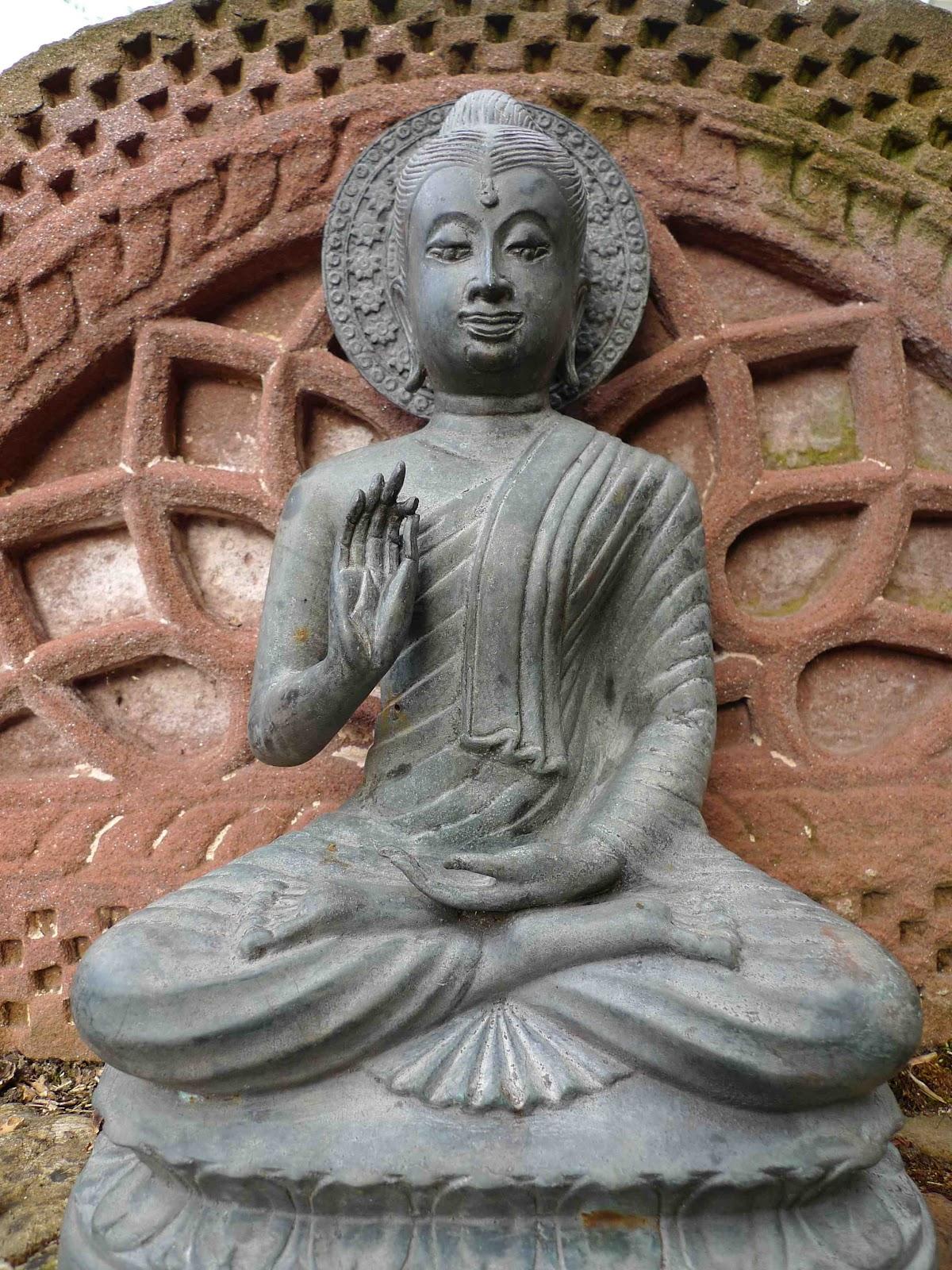 construir gruta jardim : construir gruta jardim:Um tailandês Buddha-se no alto da parede no meu jardim