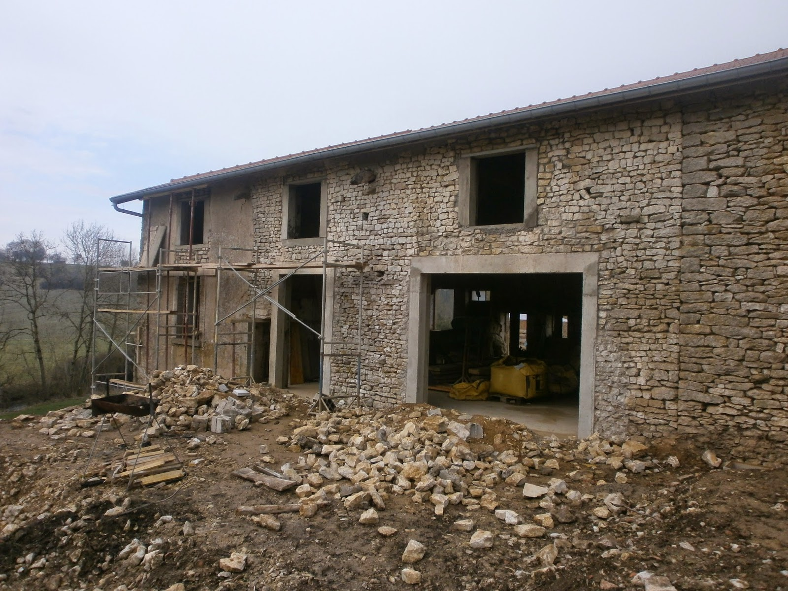 R novation d 39 une ferme en meuse travaux de la fin de for Fenetre au dessus d une porte