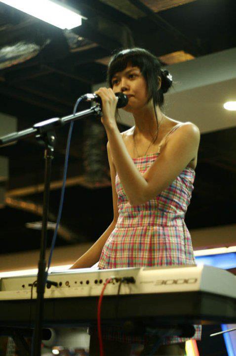 Diasta sedang bermain piano