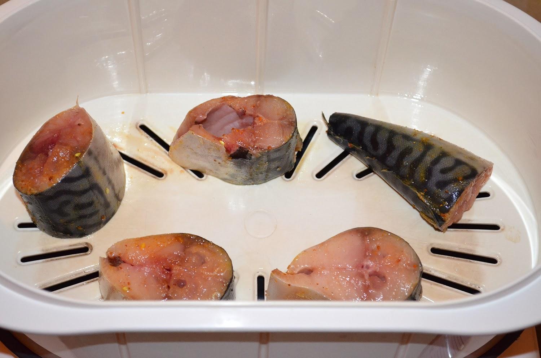 Скумбрия в пароварке: кусочки рыбы выложить в пароварку