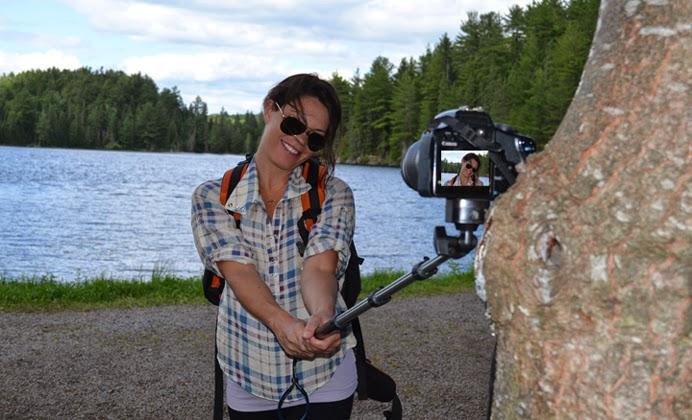 hot girl chụp ảnh tự sướng, gậy monopod