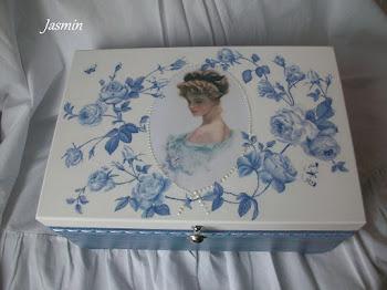 Kuferek w niebieskie róże