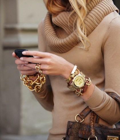 Το χειμώνα η τάση wrist arm candy είναι classy και αστραφτερή με πολύ bling  bling. Με άλλα λόγια προστάζει αστραφτερές πέτρες 57c555bb902