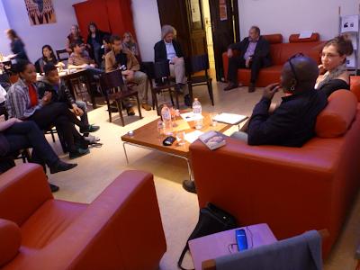 Rote bequeme Sitzgelegenheiten, dunkelbraune Stühle und Tische, viele Gäste am Molkenmarkt ...