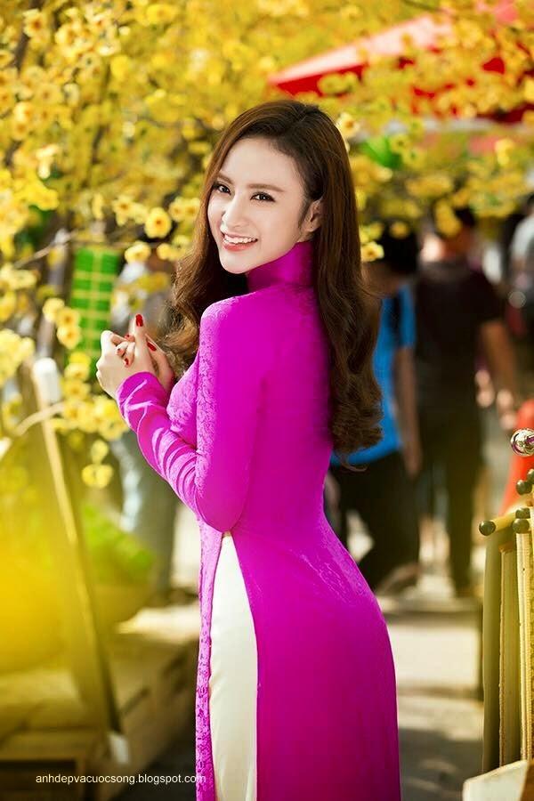 Angela Phương Trinh dạo phố xuân cùng bạn nhảy 13