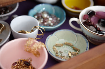 Makeup Storage Ideas on Love This Ideas Of Using Beautiful China Pieces To Store Your