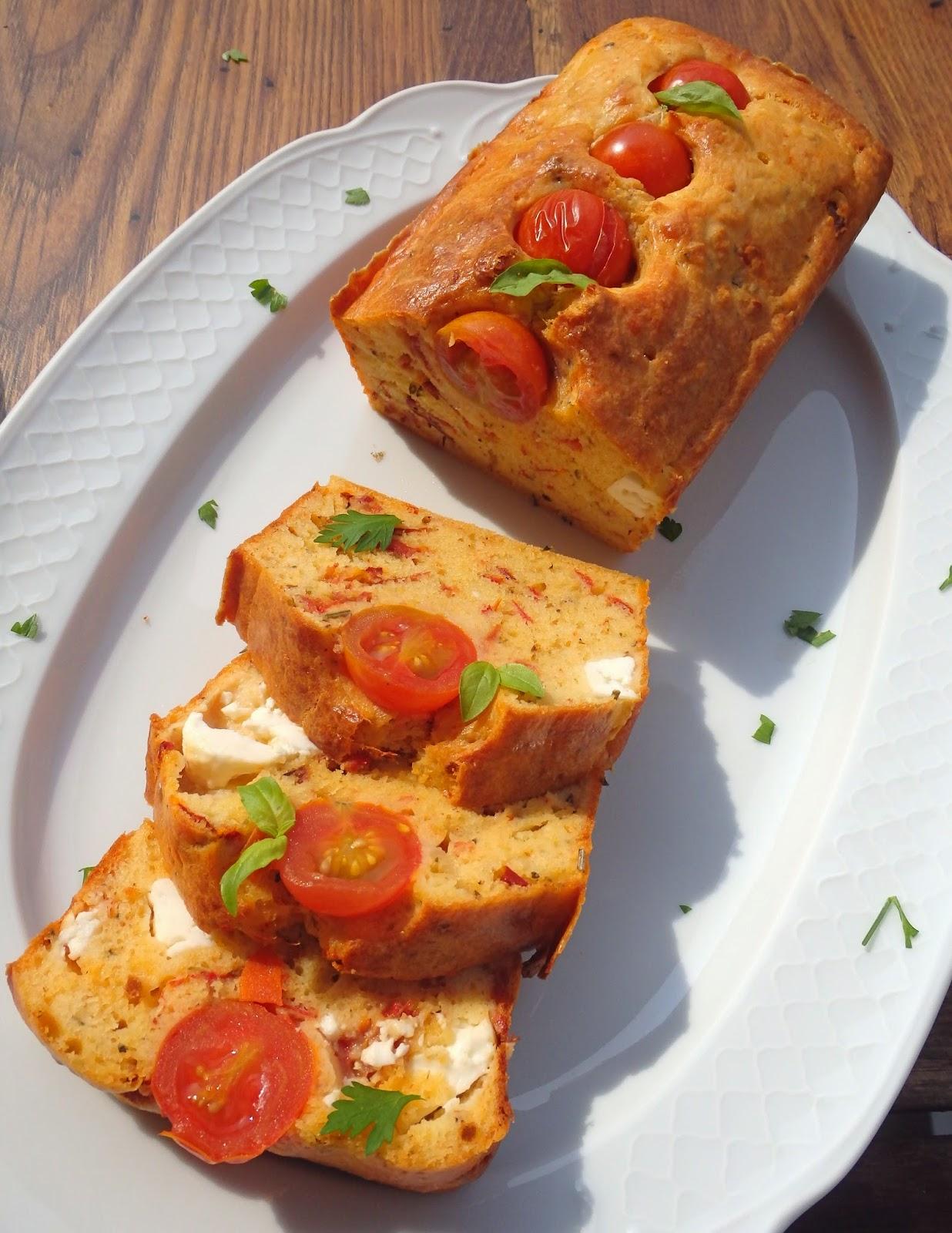 Pastel salado de tomates confitados y queso feta