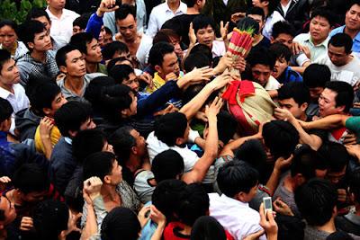 """Với mong muốn sinh con trai, hàng nghìn thanh niên đã đổ về huyện Tam Dương (Vĩnh Phúc) để cướp chiếu trong lễ """"đúc Bụt"""". Nhiều người cướp được một sợi chiếu cói cũng cảm thấy may mắn"""