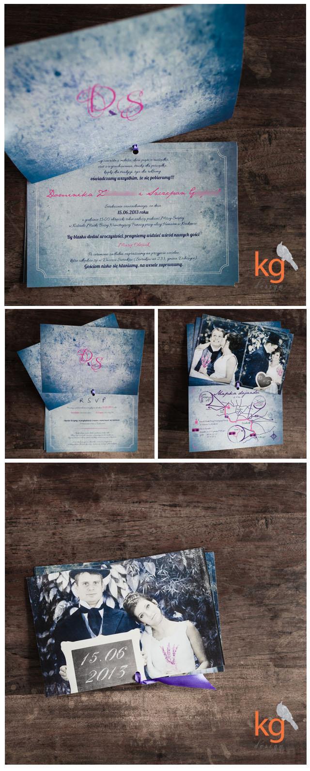 zaproszenie w stylu retro ze zdjęciem Narzeczonych w fioletowo - niebiesko - szaro - fuksjowej kolorystyce, wyjątkowe zaproszenie na ślub, oryginalne i nietypowe, motyw przewodni zaporszenia, postarzane, stylizowane na stare, na lata 20, stara fotografia, znaczek na kopercie, styl retro, styl vintage, kolorystyka fioletowy, różowy, fuksja, szary, niebieski, styl rustykalny, zaproszenie z RSVP, potwierdzeniem przybycia, mapka dojazdu, zaproszenie jak kalendarz, wiązane u góry wstążką. indywidualny projekt ślubnego zaproszenia, Kg Design, poligrafia ślubna, papeteria ślubna, niepowtarzalne, niestandardowe zaproszenie ślubne, projekt ślubny, logo, monogram pary młodej, inspiracje ślubne, lawendowy, wrzosowy, styl retro