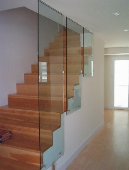 escalera de madera con leds de colores cambiantes y barandilla de acero y cristal