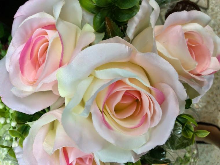 มีดอกไม้และแจกันดอกไม้หลายชนิดหลายแบบ....มากมาย