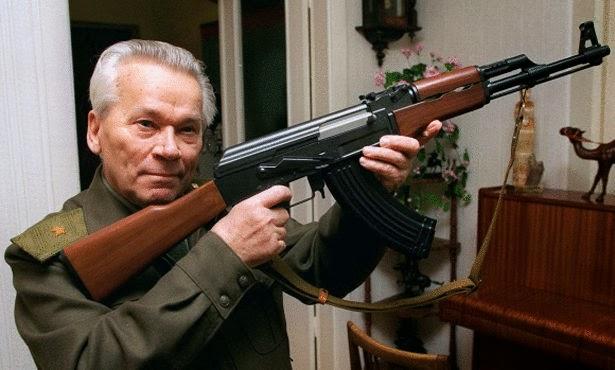 وفاة مصمم أشهر سلاح في العالم كلاشنيكوف عن عمر يناهز الـ94 عاما