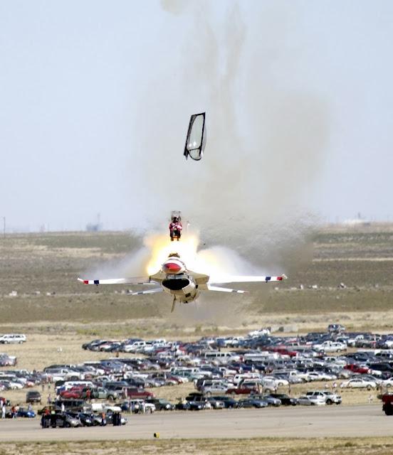 Eyección de un F-16C.