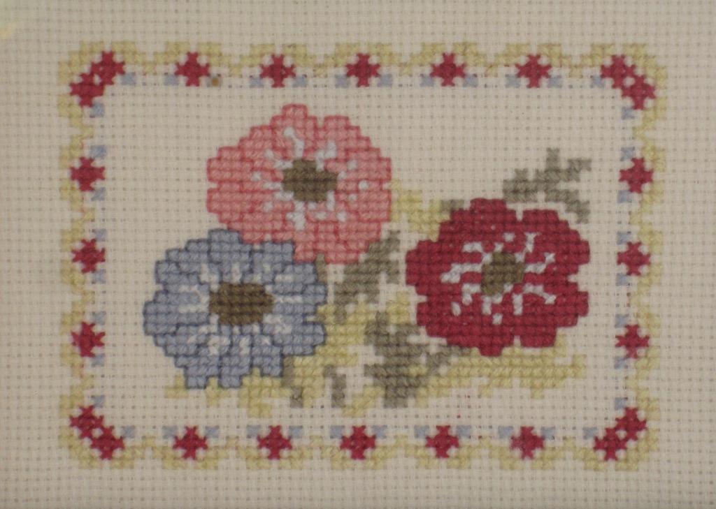 Flores de colores a punto de cruz