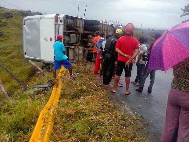 Ônibus tomba em estrada da Bahia e deixa duas pessoas mortas (Foto: Carlos Quintino/Criativa On Line)