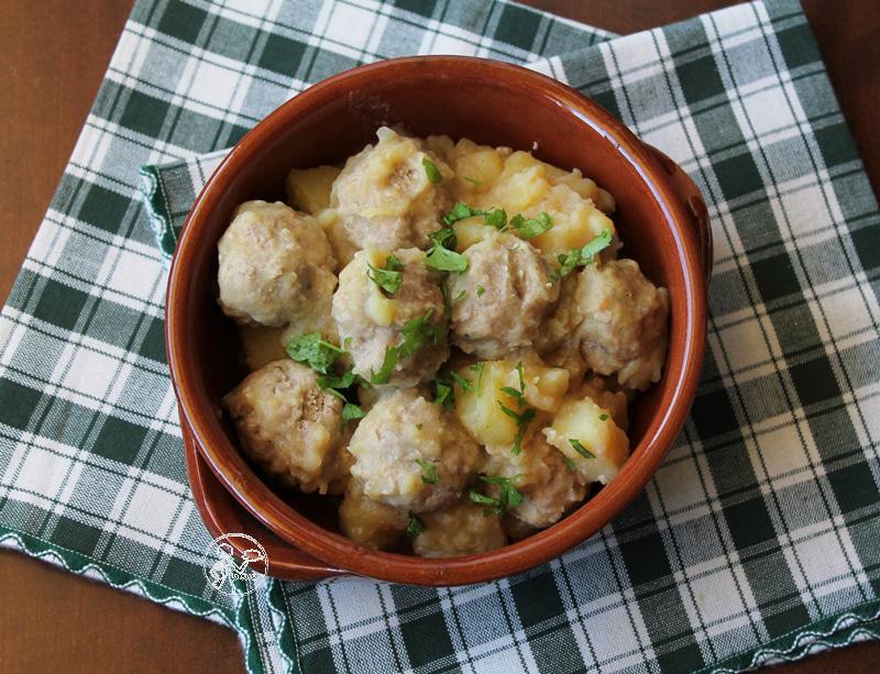 monachelle, ovvero patate con polpette di carne in umido