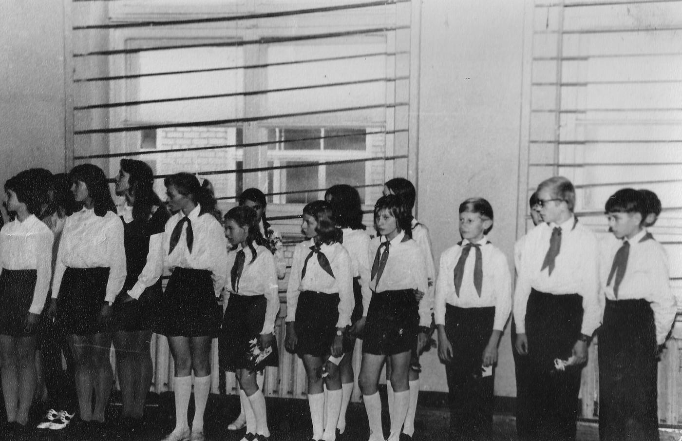 Skolēni ierindas skatē 1970-tie gadi